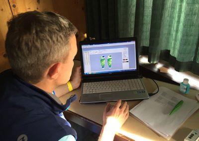 Mitarbeiter bei der Fussdruck-Analyse