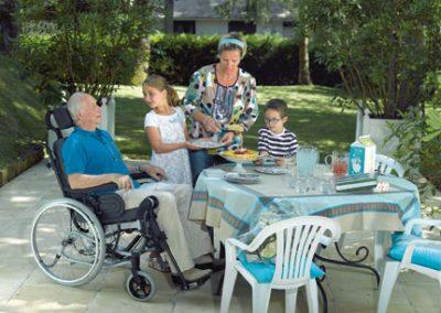 Bequemes Sitzen im Multifunktions-Rollstuhl